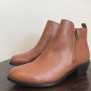 NWOT Forever 21 Classic Chelsea Boots